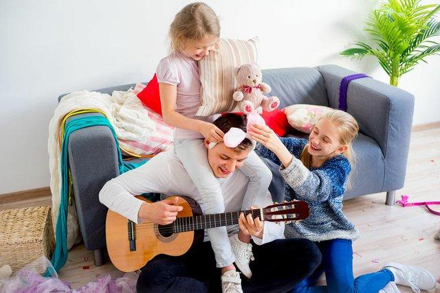 Spielen, lernen, lachen in der Familie