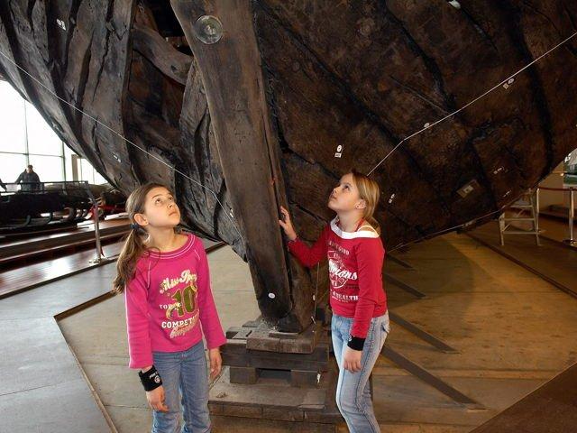 Kinder vor Hanse-Kogge
