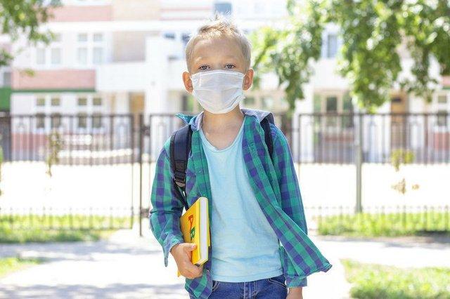 Schulkind mit Mund-Nasen-Schutzmaske
