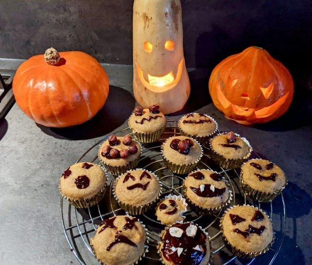 Kürbismuffins und Gruselkürbisse zu Halloween