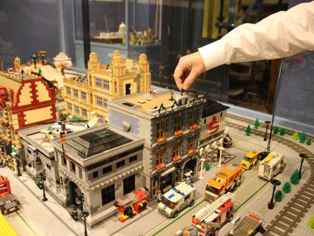 letzter Feinschliff beim Aufbau der Lego-Ausstellung