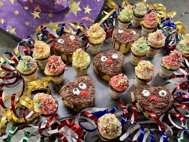 Muffins und süße Eistüten für die Party mit Kindern