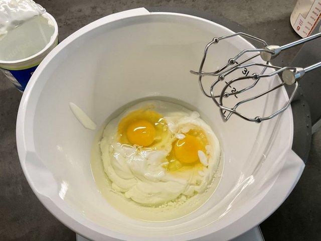 7 Joghurt und Eier mischen.JPG