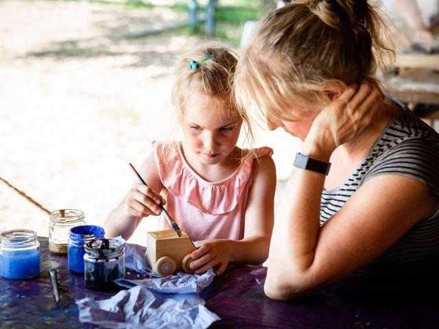 Werken und malen beim Sommerspaß
