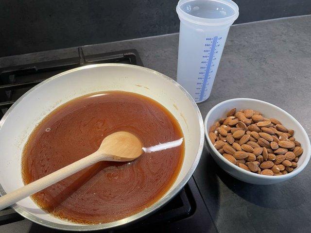 Rezept: Gebrannte Mandeln, Zucker und Wasser aufkochen