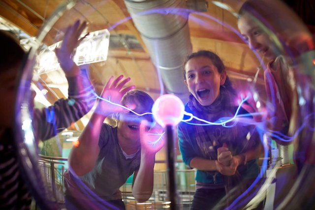 Universum Bremen, Blitze umleiten an der Plasmakugel
