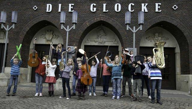 Kinder vor der Glocke
