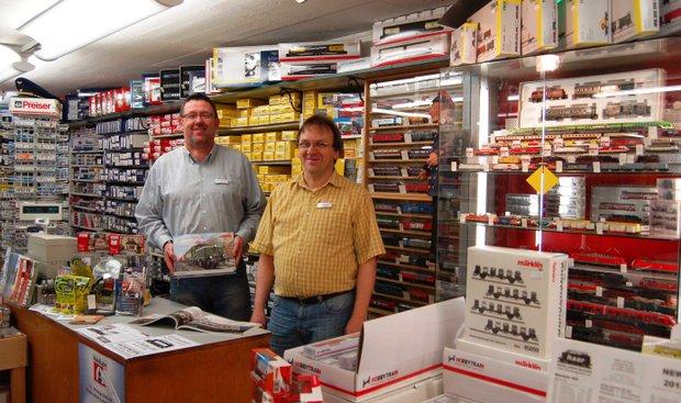 Fachverkäufer Volker Klose und Carsten Rattei (vlnr)
