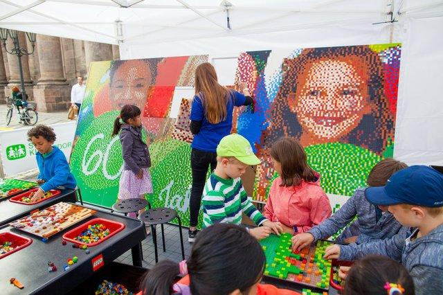 SOS-Kinderdorf_Das Mosaik aus LEGO-Steinen..jpg