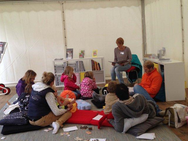 Vorleseaktion der Stadtbibliothek im Kinderzeit-Zelt Buergerpark 2015_klein.jpg