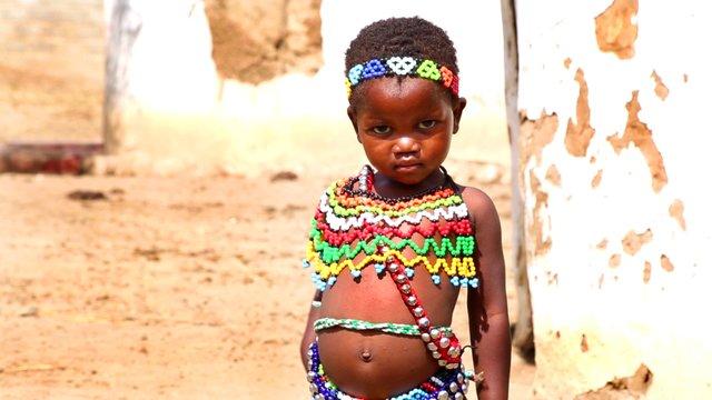 296 Zululand Baby mit Perlenschmuck Suedafrika Der Kinofilm.jpg