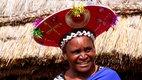 298 Zululand Frau mit Kopfschmuck nah Suedafrika Der Kinofilm.jpg
