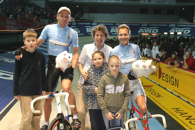 Gewinnübergabe beim Kindernachmittag des 6-Tage-Rennens, 2005