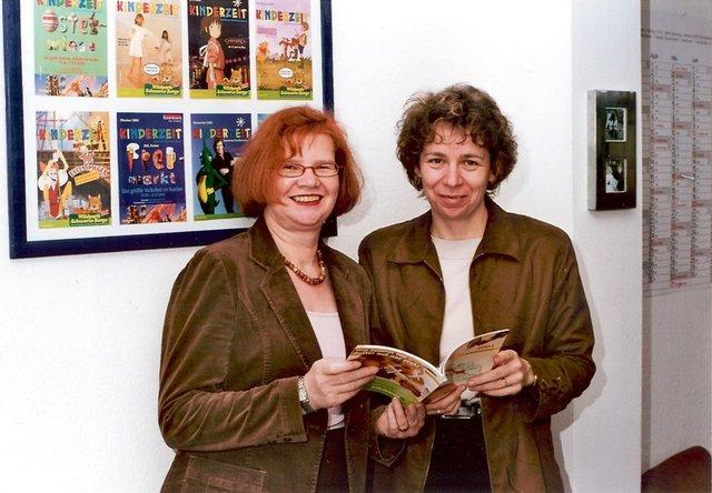 Herausgeberin Ulla Hitzelberger-Otto mit der Senatorin für Soziales, Karin Röpke, 2004