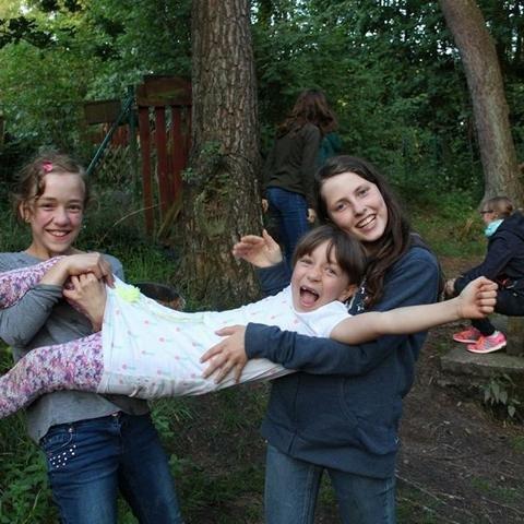Lachende Mädchen - NABU Bremen - NAJU