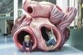 Kinder entdecken das Blauwalherz in Ozeanien (c) Übersee-Museum Bremen Foto Volker Beinhorn.jpg